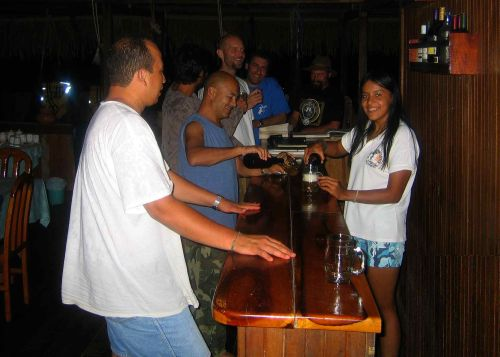 DSCHUNGEL REISEN, ECUADOR: Enjoying a friendly evening at the Cuyabeno lodge when visiting the Amazon in Ecuador.