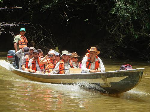 TURISMO ORIENTE DEL ECUADOR: Visitors on their way to the Cuyabeno Lodge.